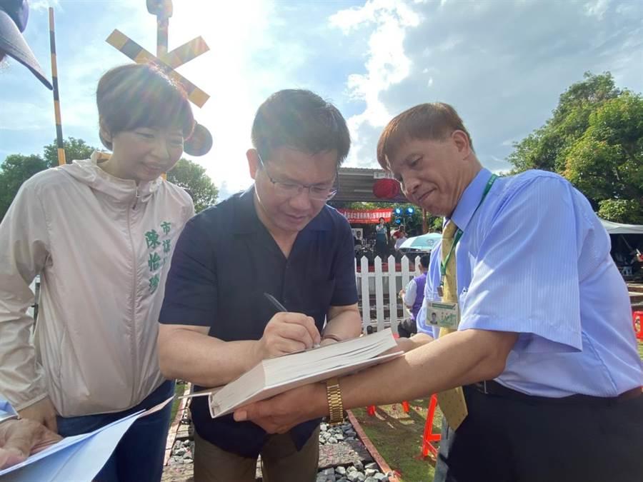 交通部長林佳龍被問到南鐵案進度,他說,還有2個月緩衝時間,鐵道局會在這個期間努力完成。(曹婷婷攝)
