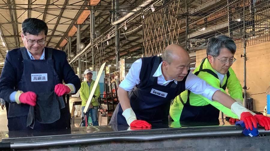 前高雄市長韓國瑜(中)今天與高市衛生局長林立人(右)、經發局副局長高鎮遠(左)共同示範調製漂白水及清水作為消毒水。(柯宗緯攝)