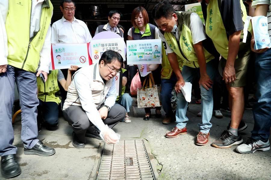 台南市長黃偉哲親自率隊到去年曾因登革熱疫情而封市配合噴藥的中西區東菜市,示範超前部署投藥、孳清。(台南市政府提供/曹婷婷台南傳真)