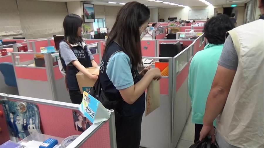 嘉義市調查站調查官搜索中華電信嘉義營運處。(嘉義地檢署提供)