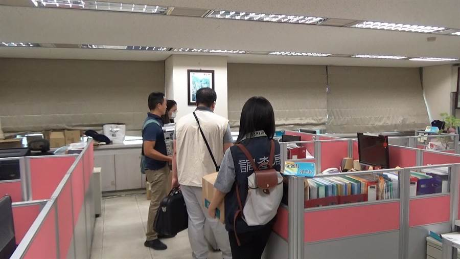 嘉義市調查站人員到中華電信嘉義營運處搜索。(嘉義地檢署提供)