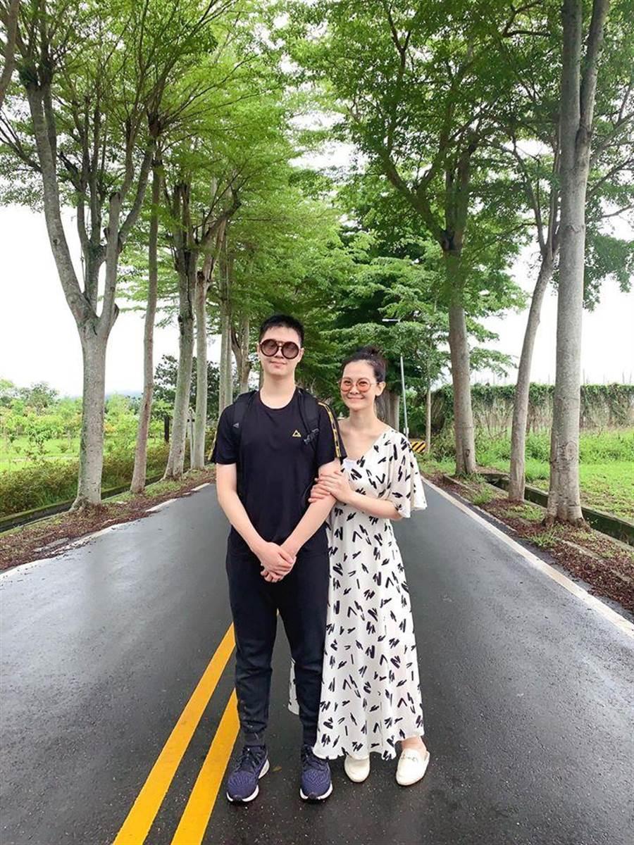 陳維齡(右)與駿哥一起出遊。(摘自臉書)