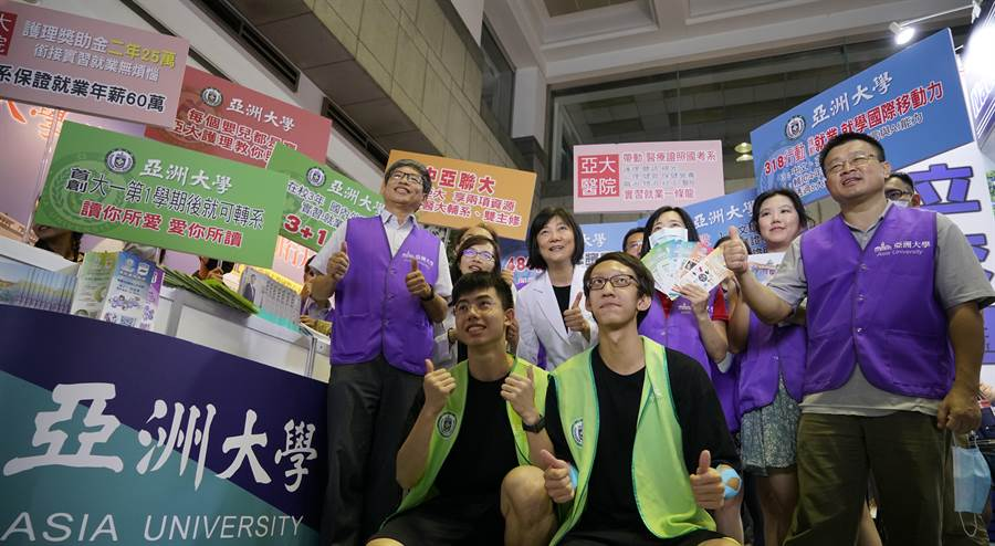 2020大學校院博覽會在中國時報總社二樓大廳登場,亞洲大學攤位上設置運動傷害防護站,吸引考生、家長體驗,氣氛熱絡。(亞大提供/林欣儀台中傳真)