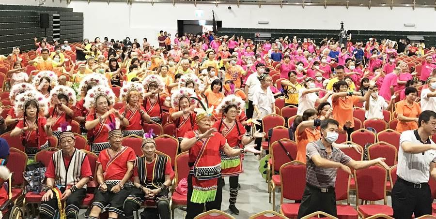 活力秀賽事首日800多位長輩一起跳舞。(弘道老人福利基金會提供/陳世宗台中傳真)