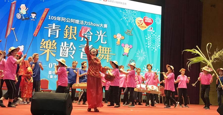 台中市北區尾張仔文化協會表演結合傳統婚禮儀式。(弘道老人福利基金會提供/陳世宗台中傳真)