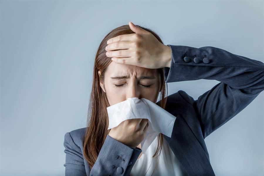 過敏性鼻炎常伴隨有氣喘、過敏性結膜炎等過敏性疾病,若輕忽症狀未給予適時的治療,對生活會有影響。(達志影像/shutterstock)