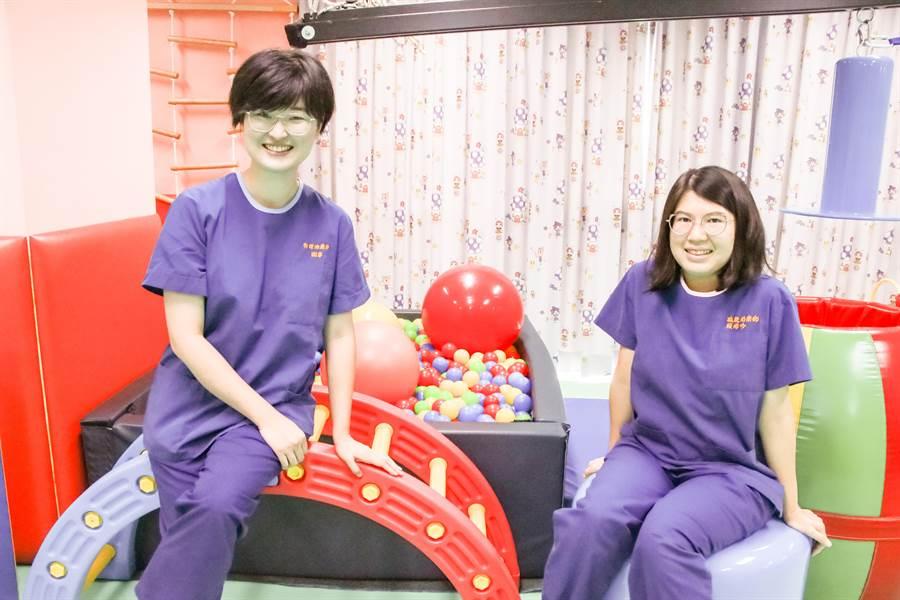 物理治療師謝寧(左)、職能治療師賴沛吟(右)期待用輕鬆的方式,向大眾傳達專業的醫療知識。(黃婉婷攝)