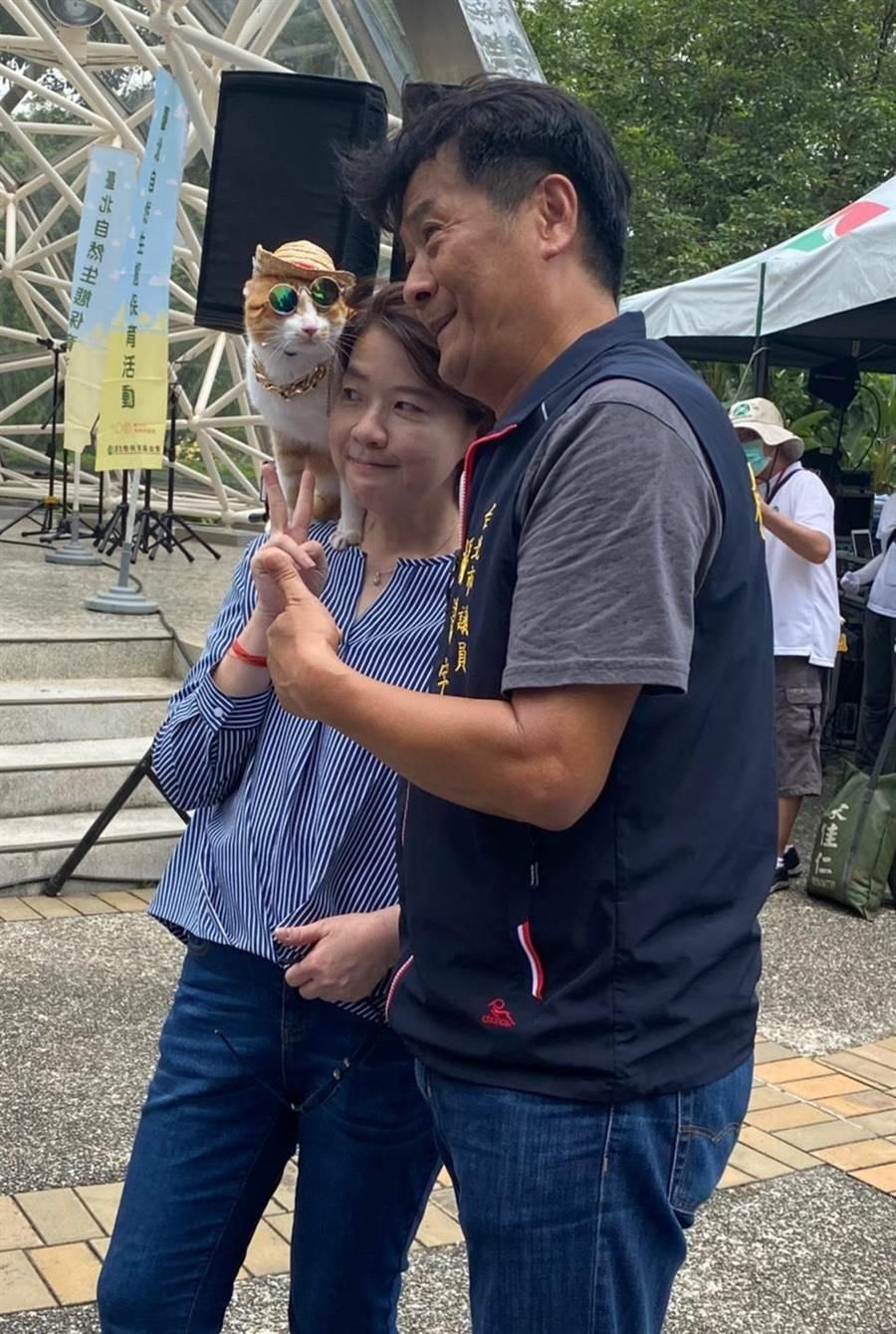 副市長黃珊珊和台北市議員楊靜宇,跟穿搭時尚的貓合照,十分有趣。(游念育攝)