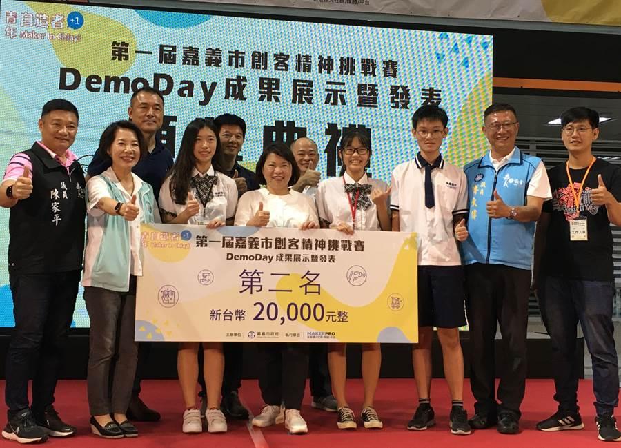 永慶高中學生研製感應式洗手機,榮獲嘉義市創客挑戰賽第二名。(廖素慧攝)