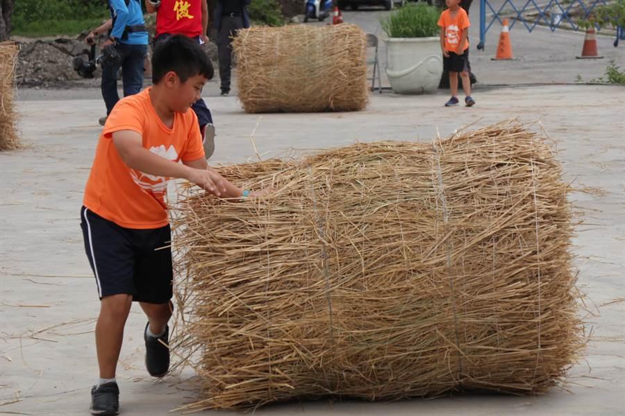 旗山糖廠舉辦滾稻草接力趣味競賽,邀請當地學校同學來體驗。(林雅惠攝)