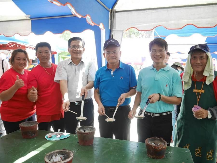 高雄市農業局代理局長王正一(右二)與遊客共同體驗古早味煮碰糖,藉此更了解農村傳統休閒娛樂。(林雅惠攝)