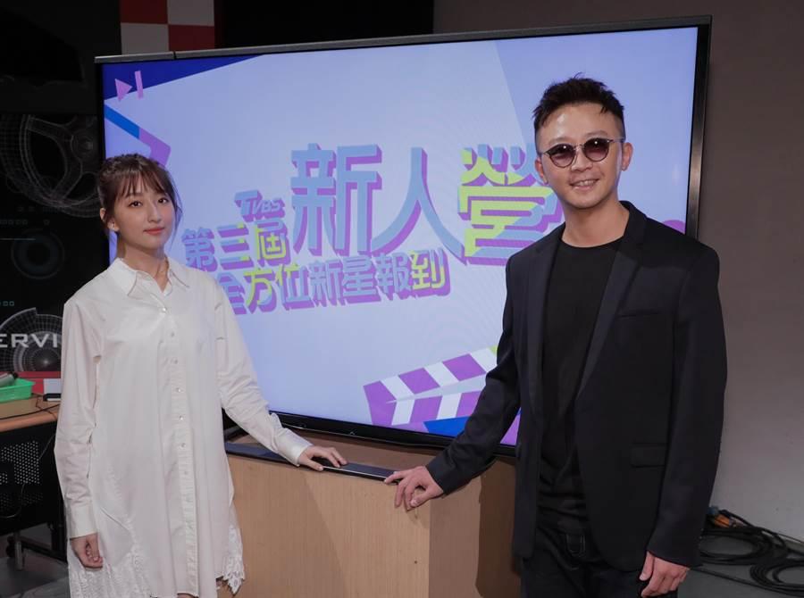柯佳嬿与TVBS新人营「全方位新星报到」总导师金勤。(TVBS提供)