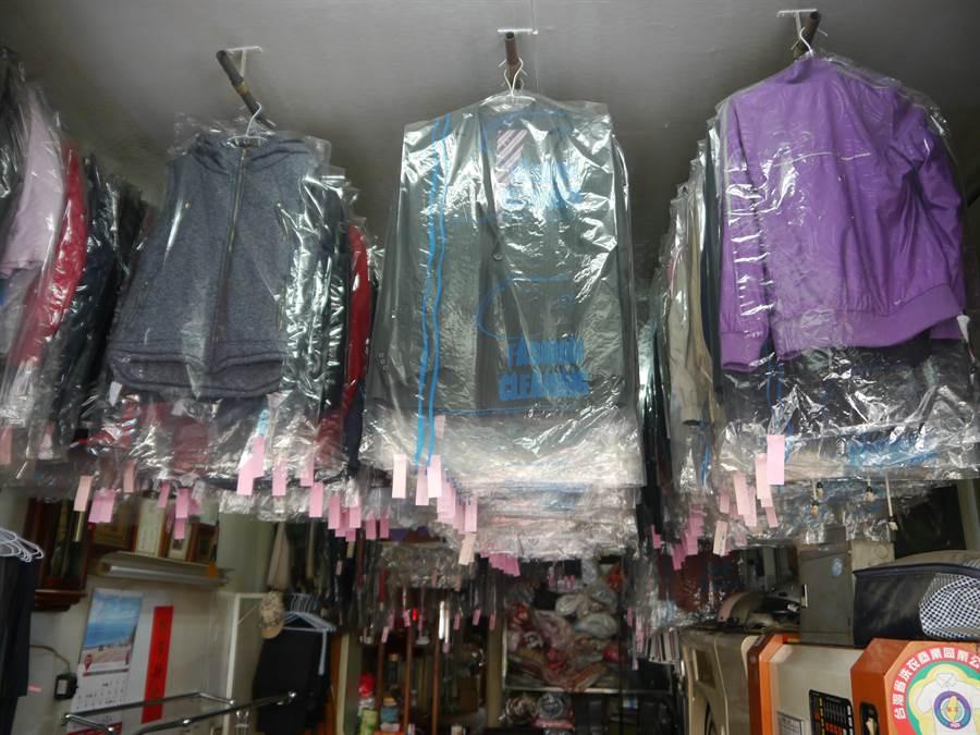 台中后里萬秀洗衣店開業70多年,累積數百件客人沒取回的衣物。(王文吉攝)