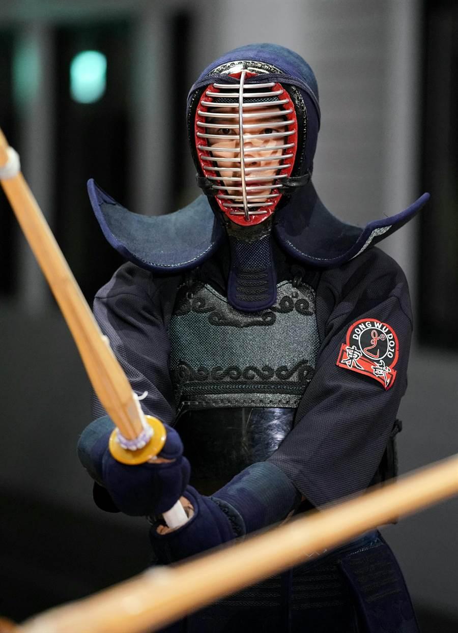 黄少祺首度体验剑道。(三立提供)
