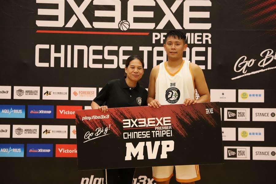 拿下3X3.EXE高雄站MVP的台中夢想家青年隊吳彥侖,現場接受義守大學教練謝玉娟頒獎。(3X3.EXE提供)