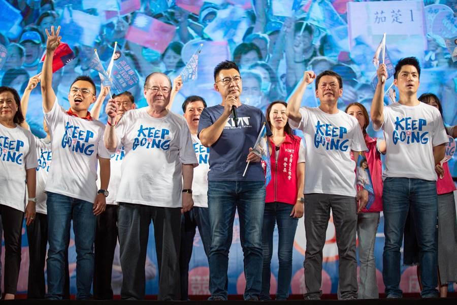 青壯派領袖團結送暖,李眉蓁強調這正是展現藍軍的大團結。(袁庭堯攝)