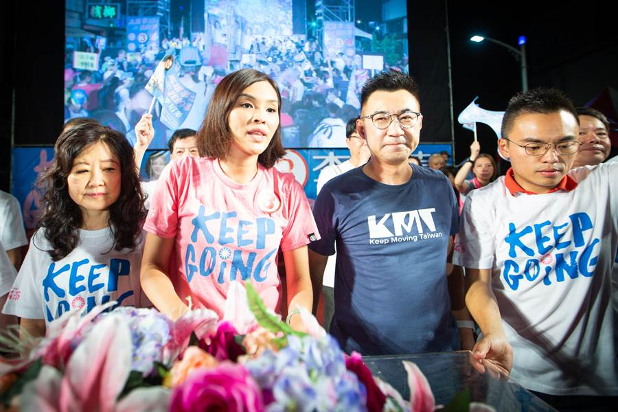 國民黨主席江啟臣(右)也心疼李眉蓁,痛批民進黨沒有奧步不會選舉。(袁庭堯攝)