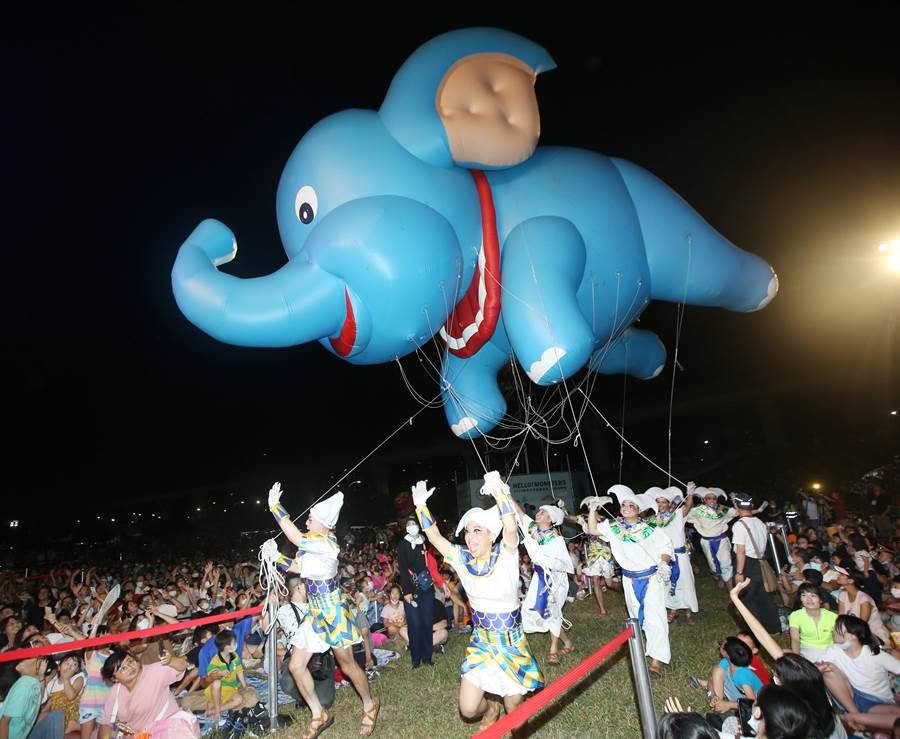 擔綱開幕首場表演的紙風車劇團小飛象進場吸引全場小朋友目光。(陳怡誠攝)