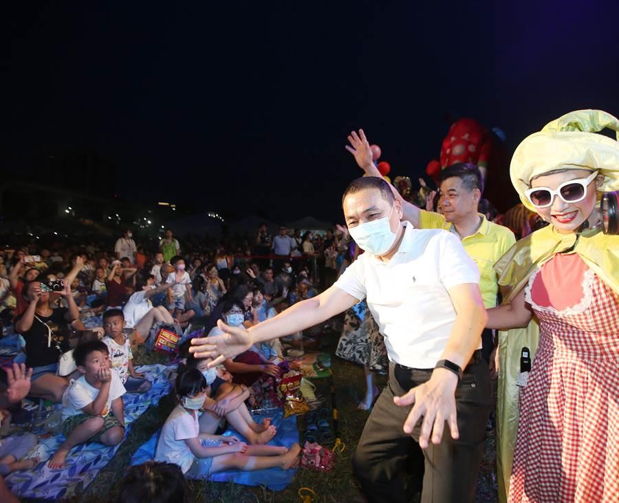 新北市長侯友宜(右二)在紙風車演員陪伴開心與小朋友打招呼。(陳怡誠攝)