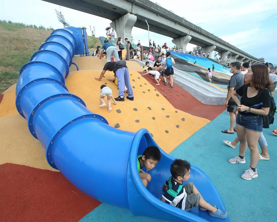 兼具娛樂與地景藝術機能31座特色滑梯及100組各式遊具設施,新冠肺炎疫情趨緩及暑假來臨,成為北部新親子同樂景點。(陳怡誠攝)