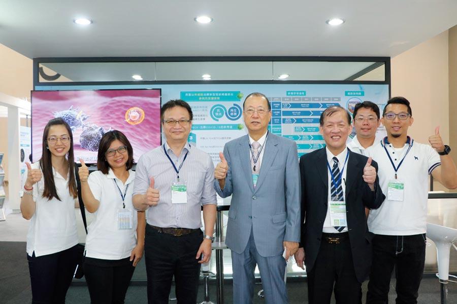 中醫大暨醫療體系董事長蔡長海(右三)、中國附醫院長周德陽(右二),肯定長聖生技是台灣免疫細胞與幹細胞醫療科技的領導品牌。圖/中醫大提供