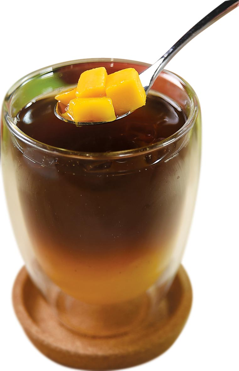 〈芒果鮮果冷萃〉,在冷萃冰咖啡中亦加了鮮切芒果塊。圖/姚舜