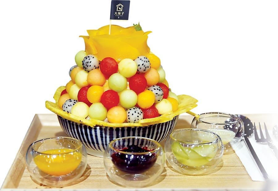 〈大苑子冰果室〉主攻以當令水果製作的鮮果冰品、鮮搾水果汁、鮮切水果盤與鮮果冷萃咖啡等,圖為冰品〈盛開這一夏〉。圖/姚舜
