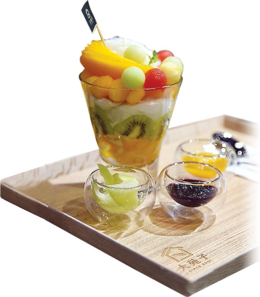 〈著時金旋風〉,是以聖代概念將芒果、奇異果、蘋果、哈蜜瓜、西瓜等當令水果,以及優格冰淇淋和手製果醬組合呈現。圖/姚舜