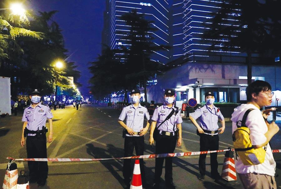 24日美國駐成都總領事館關閉消息傳出,吸引許多成都市民前去看熱鬧,警方則設下路障加以阻隔。(路透)