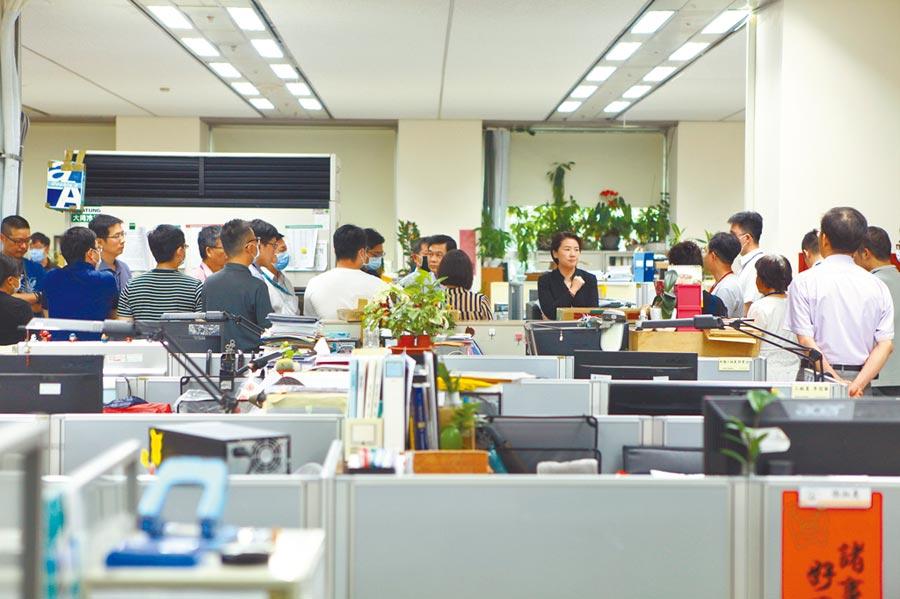台北市副市長黃珊珊及都發局長黃景茂24日下午前往建管處關懷同仁,處裡瀰漫低氣壓。(張立勳攝)