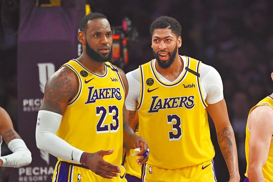 《ESPN》請專家評選復賽後前50大球星,詹姆斯(左)力壓字母哥高居第一,隊友安東尼戴維斯名列第五,成為聯盟最強的雙人組合。(美聯社資料照片)