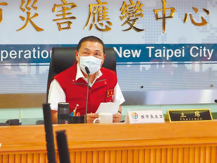 新北市長侯友宜24日宣布特惠券加碼到5萬份,希望更多人到新北消費。(葉德正攝)