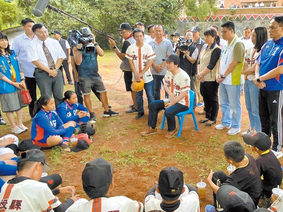 賴清德24日走訪南投縣仁愛鄉法治國小棒球隊,與棒球隊互動。(林心柔攝)