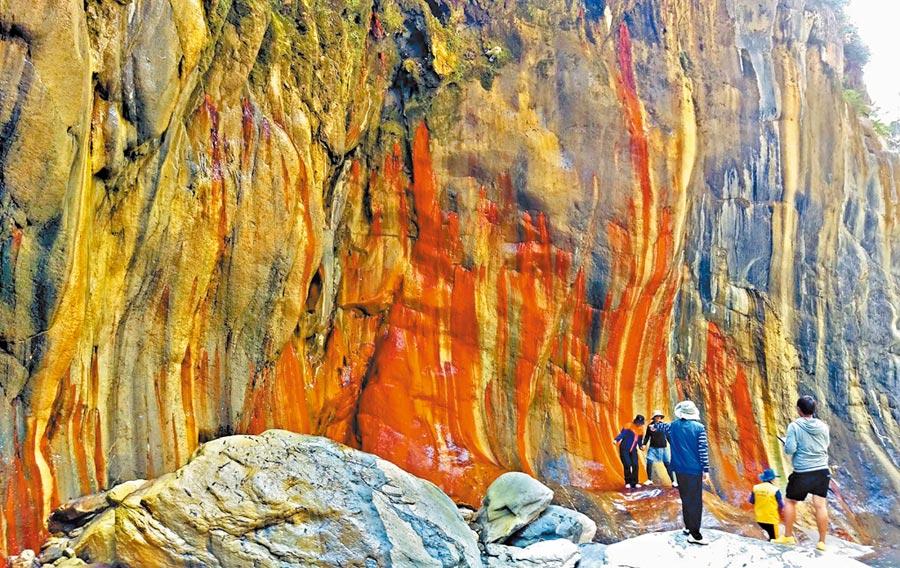 霧台哈尤溪岩壁因鐵、硫磺、石英等形成紅、黑、黃、白等顏色,七彩岩壁讓人驚豔,成為熱門景點。(潘建志攝)