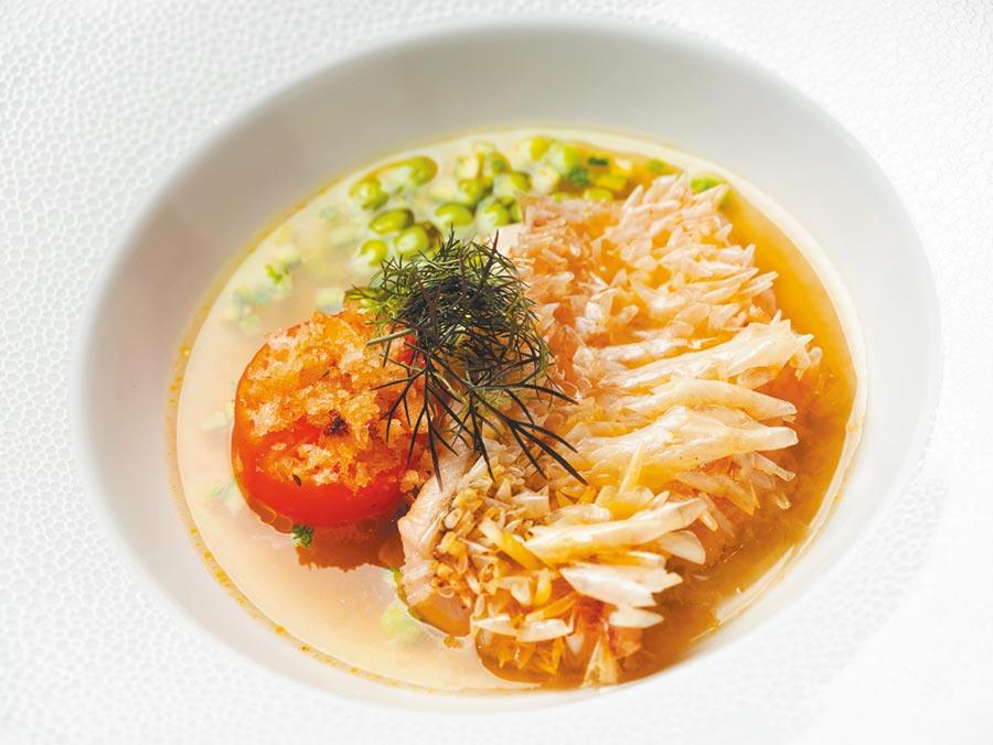 Bencotto推出一系列夏季新菜,圖為「香煎馬頭魚、焗蕃茄、櫛瓜、青豆、蕃茄澄清湯」。(台北文華東方酒店提供)