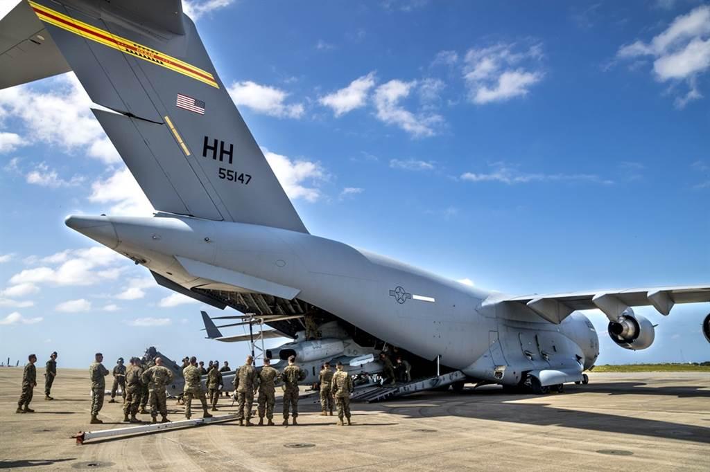 美軍駐日本沖繩軍事基地新冠肺炎群聚感染情形擴大,駐日美軍司令部24日宣布,自當日起,所有入境日本的美軍都必須進行新冠病毒檢測及14天隔離措施。圖為沖繩普天間機場海軍陸戰隊員資料照。(資料照/普天間海軍陸戰隊航空基地官網)