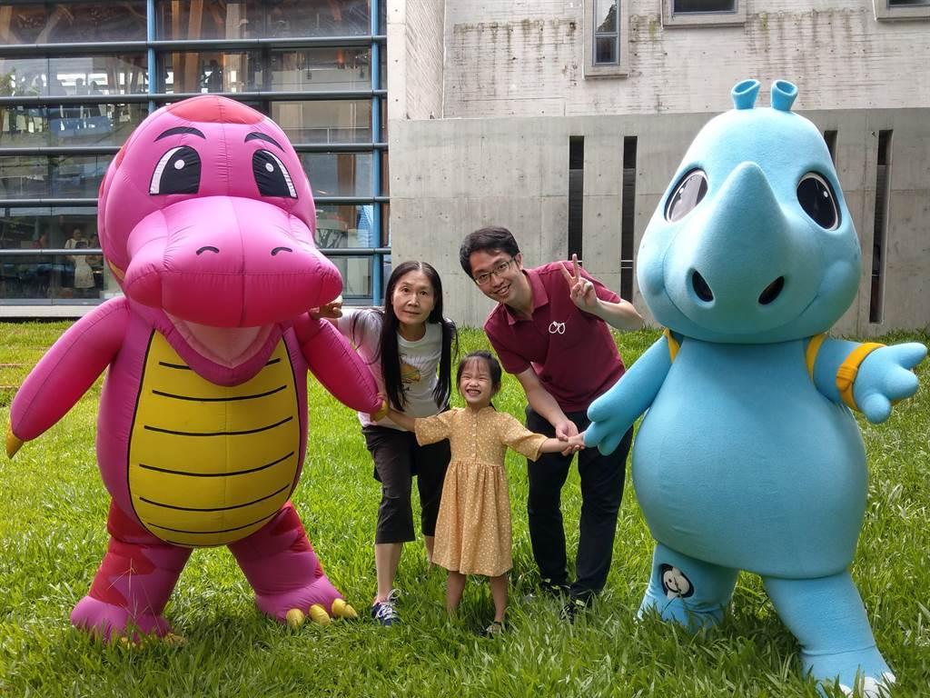 台南左鎮化石園區邀請「如果兒童劇團」演出「化石你我他」,小恐龍和吉祥物KOKO也隨機出現在園區角落和遊客玩起捉迷藏。(台南市文化局提供/劉秀芬台南傳真)