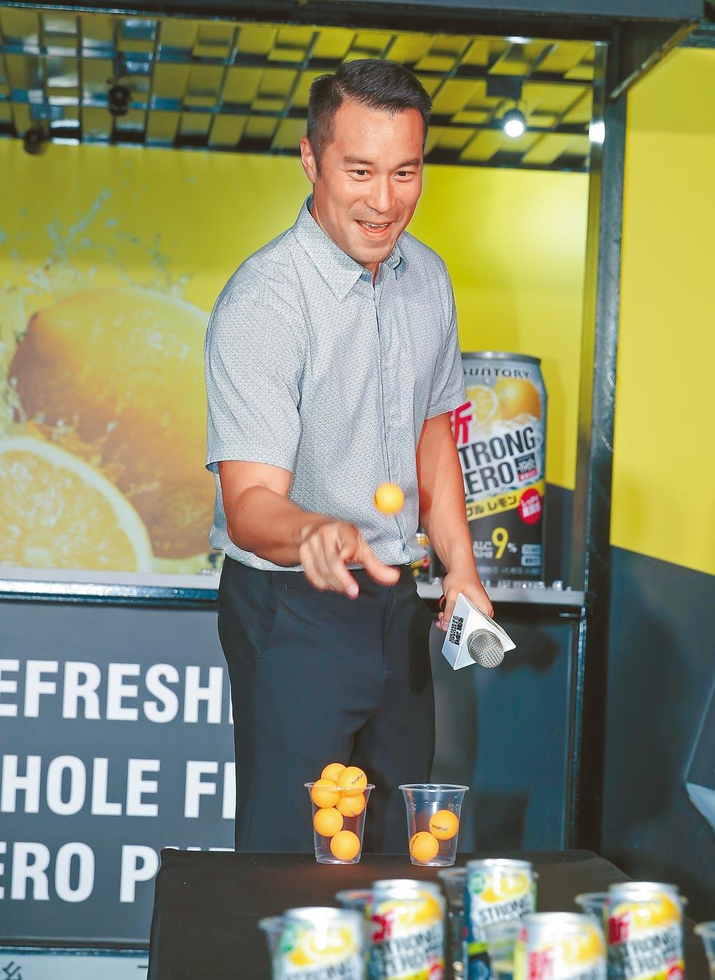 張孝全昨在現場與粉絲一起玩乒乓球彈跳酒杯遊戲。(盧禕祺攝)