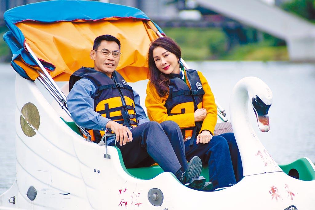 陳美鳳(右)與夏靖庭為戲到碧潭踩天鵝船裝浪漫。(民視提供)