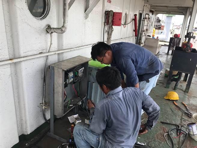 台中港務公司派員協助北斗星號接上水電,恢復船舶基本生活需求。(民眾提供/王文吉台中傳真)