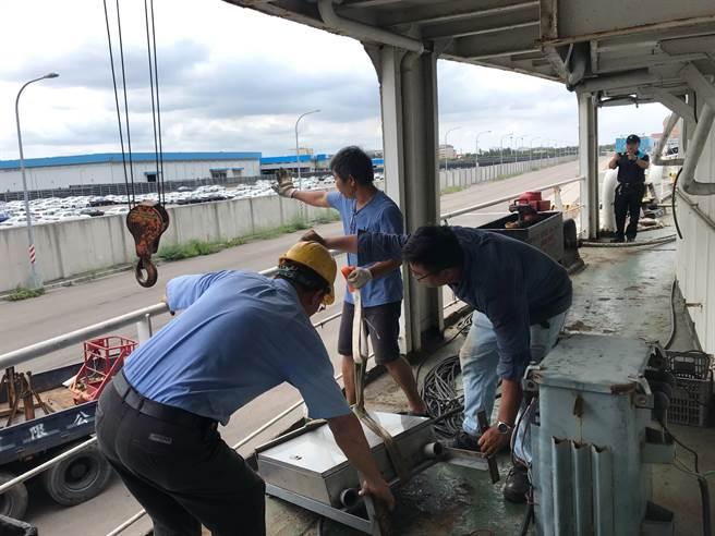 台中港務公司派員協助接上250公尺電力線,並增設變壓器,提供110V及220V電壓。(民眾提供/王文吉台中傳真)