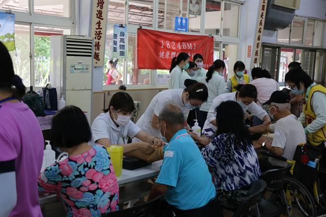 台中慈濟醫院檢驗科護理師為市立仁愛之家住民抽血。(王文吉攝)