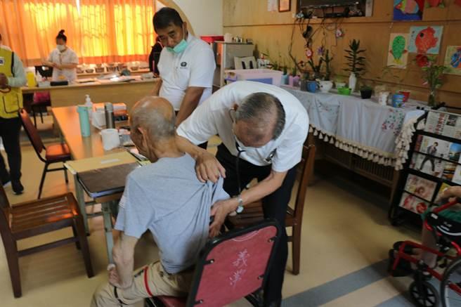 台中慈濟醫院醫師為市立仁愛之家住民檢查。(王文吉攝)