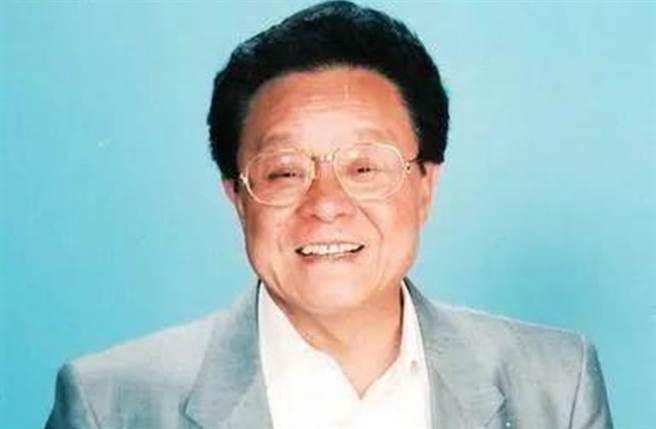 董骠主持香港赛马节目近40年,以幽默敢批评风格着称。(图/微博)