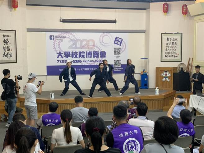 亞洲大學有學生跳舞表演來炒熱氣氛。(Campus編輯室攝)
