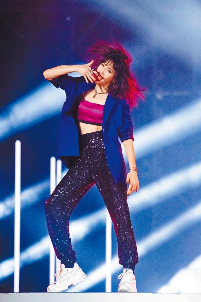 袁詠琳日前在《乘風破浪的姐姐》節目中,以性感帥氣造型登場。(芒果TV提供)