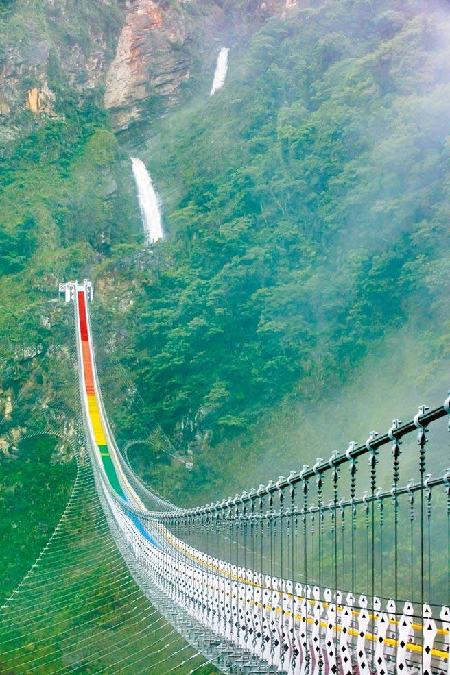 雙龍瀑布和七彩吊橋,相映成趣。(南投縣政府提供)