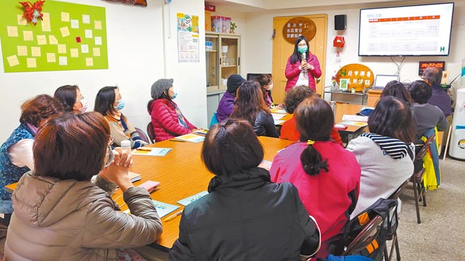 安護志工社參訪南港區石頭湯據點。(圖片提供/台北市南港社區大學)