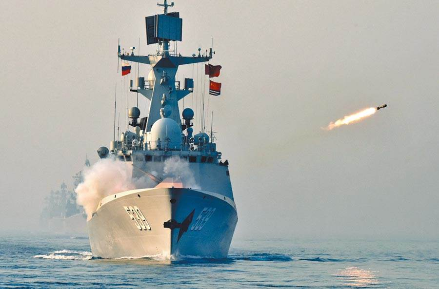 圖為中國海軍導彈護衛艦在南海聯合反潛課目中實施火箭深彈發射。(新華社)
