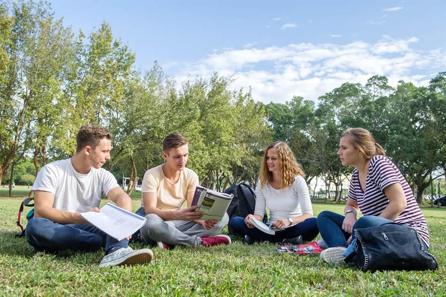 靜宜大學全面建置優質國際化校園環境,提供多元交流,學生在校園內就能體驗國際化!(靜宜大學提供/陳世宗台中傳真)
